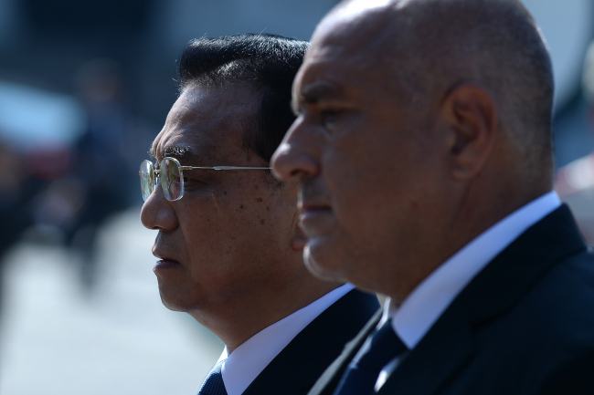 Prime Minister of Bulgaria Boyko Borisov (R), and Premier of the State Council of the People`s Republic of China Li Keqiang (L) during an official welcome ceremony in Sofia, Bulgaria, 06 July 2018. (EPA-Yonhap)