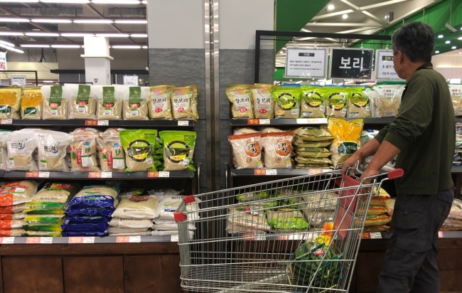 RECORD GRAIN PRICE HIKE – A shopper looks around the grain section at a supermarket in Seoul, Sunday. On the day, Statistics Korea said that the country's average grain price increased 19.8 percent in the first half of 2018, compared to the same period the previous year. It marks the biggest hike in grain prices since the state-run statistics agency began tracking the figures. (Yonhap)