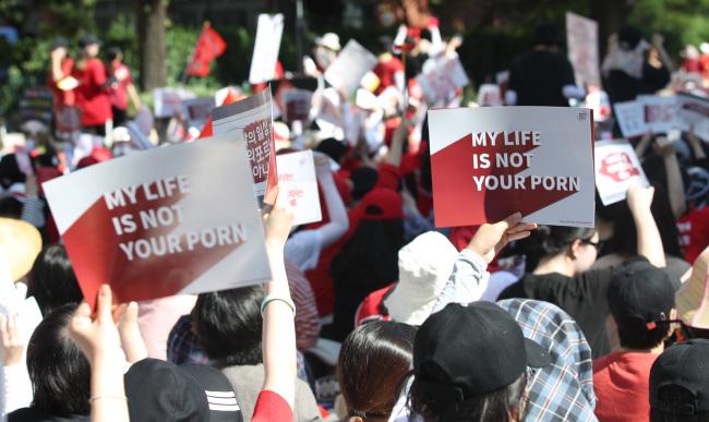 Protesters gather at Hyehwa subway station on Satruday, July 7. (Yonhap)