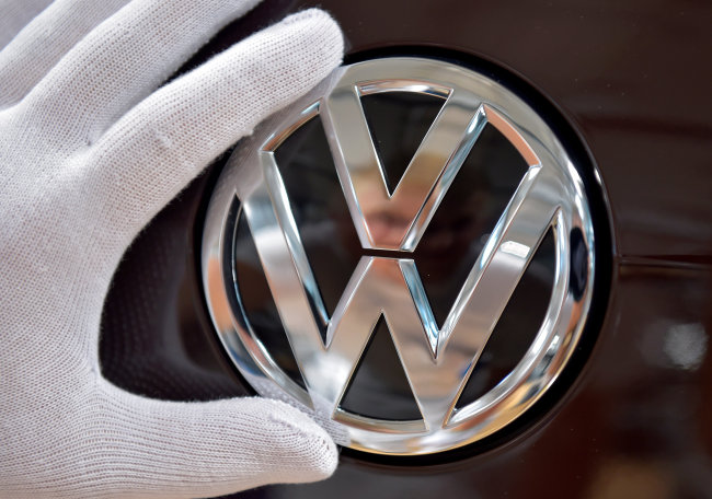 Mechanic staff work on the production line of Volkswagen e-Golf in the Glaeserne Manufaktur plant in Dresden, Germany May 8 (Reuters-Yonhap)