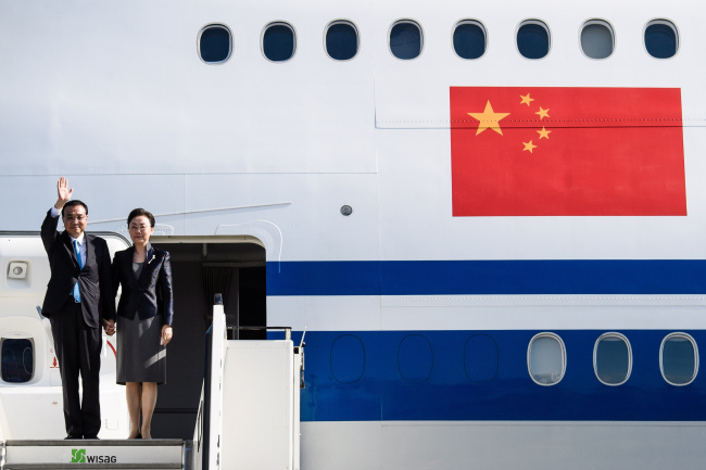 China's Premier Li Keqiang (L) and his wife Cheng Hong (R) arrive at the Berlin Tegel Airport, to attend the 5th German-Chinese government consultations in Berlin, Germany, 08 July 2018. (EPA-Yonhap)