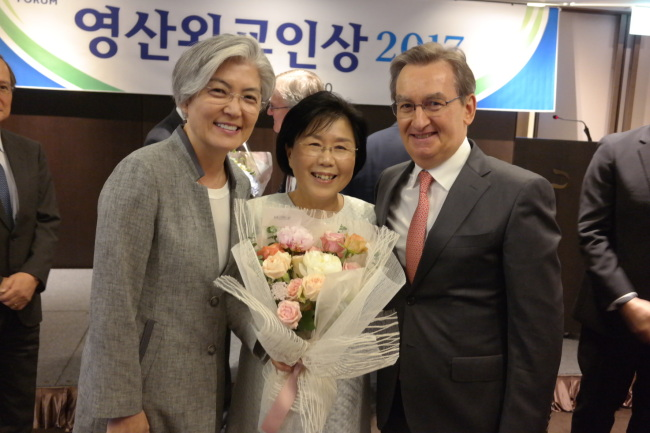 CICI President and Hankuk University of Foreign Studies professor Choi Jung-wha poses with South Korean Foreign Minister Kang Kyung-wha (left) and her husband Didier Beltoise at the Yeongsan Diplomat Award ceremony on Wednesday. (Joel Lee/The Korea Herald)