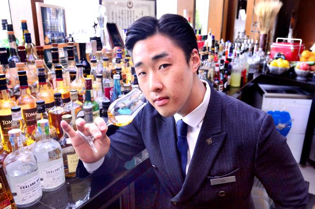 Bartender Leo Seo (Park Hyun-koo / The Korea Herald)