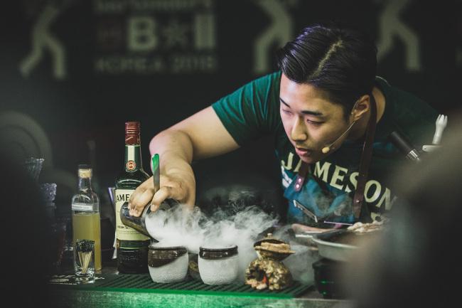 Bartender Leo Seo makes an SOT cocktail at the 2018 Jameson Bartenders' Ball Korea last month. (JW Mariott Dongdaemun Square Seoul)
