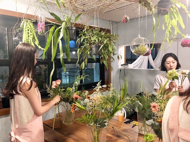 Participants trim flowers at a flower class (Im Eun-byel / The Korea Herald)