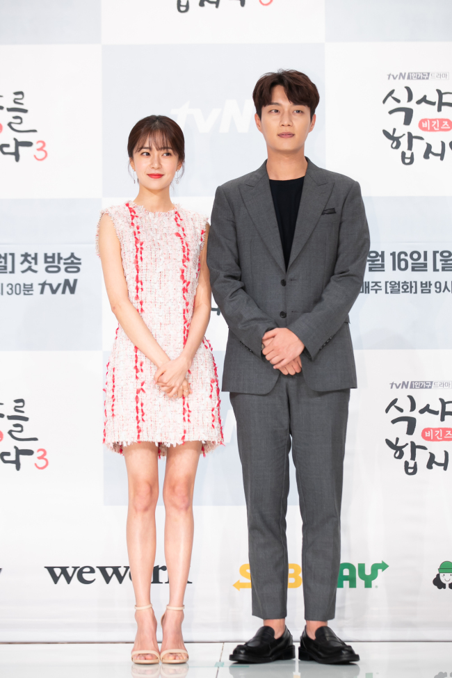 Baek Jin-hee (left) and Yoon Doo-joon pose for photos at a press event held Tuesday at Times Square mall in Yeongdeungpo-gu, Seoul. (tvN)