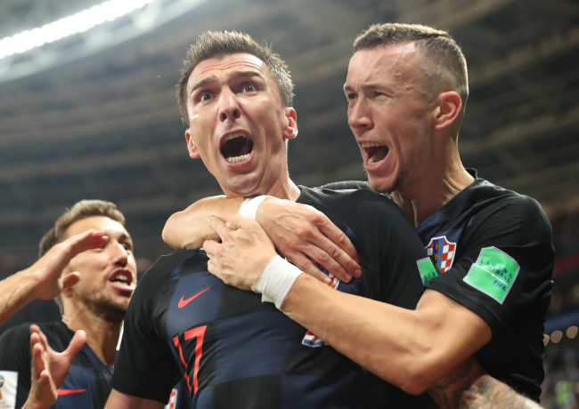 Mario Mandzukic (C) of Croatia celebrates scoring during the 2018 FIFA World Cup semi-final match between England and Croatia in Moscow, Russia, July 11. (Yonhap)