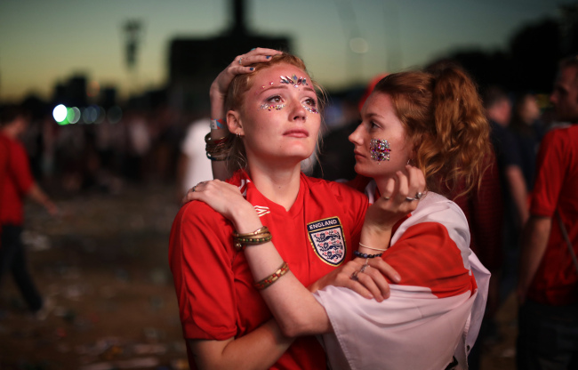 England soccer fans react after England national soccer team lost the semifinal match between Croatia and England at the 2018 soccer World Cup, in Hyde Park, London, Wednesday, July 11. (AP-Yonhap)