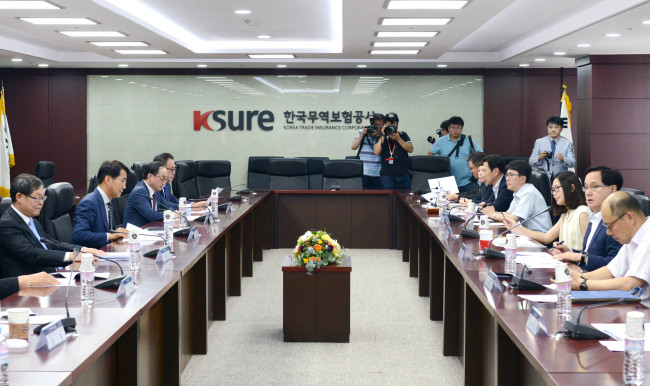 Deputy Trade Minister Kang Sung-chun chairs a meeting with related ministries, public organizations and businesses to respond to the US-China trade dispute on Thursday in Seoul. (Ministry of Trade, Industry and Energy)