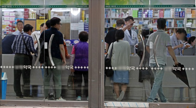 South Koreans at a local pharmacy in Seoul (Yonhap)