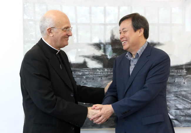 Do Jong-hwan, the Minister of Culture, Sports and Tourism, shakes hands with Archbishop Alfred Xuereb in Seoul on Friday. (Yonhap)