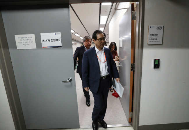 Members of the Minimum Wage Council walk out of a meeting that was suspended upon boycott by the members representing businesses at Sejong Government Complex on Friday. (Yonhap)