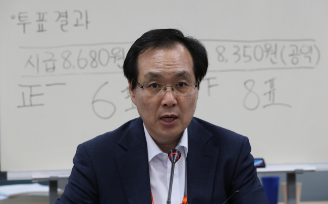 Ryu Jang-soo, head of the minimum wage council, speaks during a briefing in Sejong on Saturday. (Yonhap)