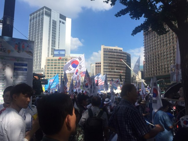 Korean conservatives hold South Korean and American flags as they participate in an anti-gay protest while the annaul Seoul Queer Festival is being held in central Seoul, Saturday (Claire Lee/ The Korea Herald)