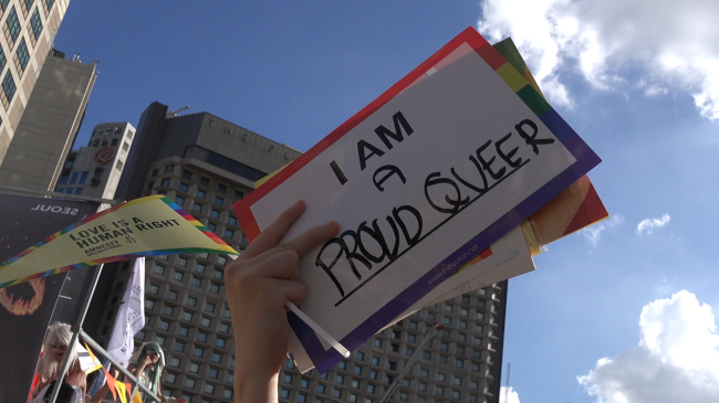 """A handheld sign at this year's queer parade in Seoul reads, """"I am a proud queer."""" (Lim Jeong-yeo/The Korea Herald)"""