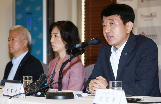 Ahn Young-bae(left), president of the Korea Tourism Organization, speaks during a press conference Monday at the Seoul Press Center. (Yonhap)