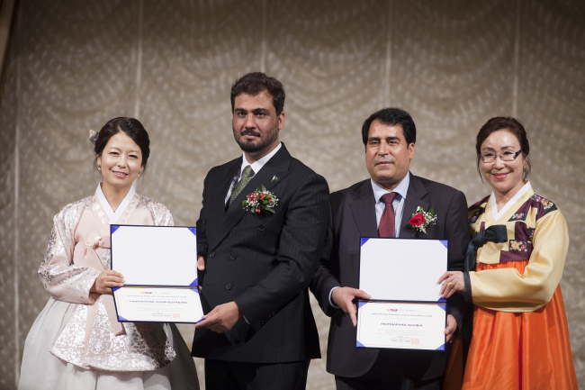 Muhammad Shafiq Haider (second from left), a counselor for community welfare and cultural affairs at the embassy, and Sooba Khan (second from right), a Pakistani-Korean businessman and former honorary investment counselor at the embassy, received certificates of appreciation from the International Food and Culture Exchange Association of Korea. (Pakistani Embassy)