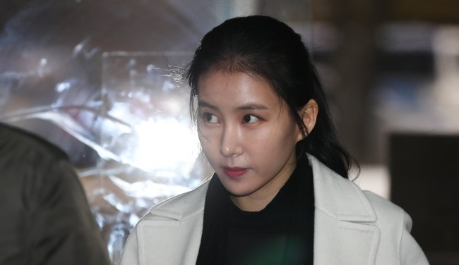 Actress Kim Jung-min heads to Son Tae-young's hearing at Seoul Central District Court in Seocho-gu, on Nov. 15, 2017. (Yonhap)