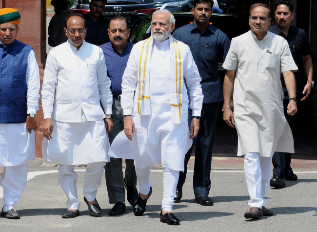 Indian Prime Minister Narendra Modi (center) arrives along with other cabinet ministers at Parliament House in New Delhi, India, 18 July 2018. (Yonhap)