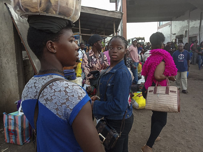 Residents from the Western Region in Cameroon arrivE at the bus terminal in Buea following renewed clashed in the restive anglophone region on July 15, 2018. Twenty civilians, including five students and a teacher, were killed on july 11-12, 2018 by the Cameroonian army in two localities in the Anglophone North-West region, an NGO on July 13, 2018. (Yonhap)