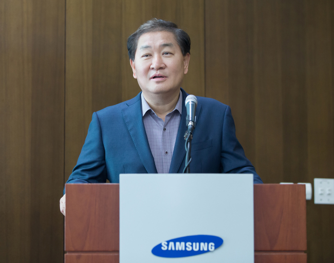 Han Jong-hee, president of visual display business at Samsung Electronics speaks during a press conference in Suwon on Friday. (Samsung Electronics)