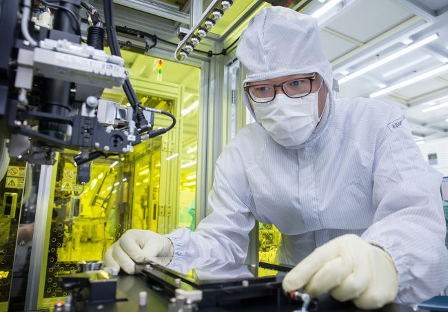 A display engineer works at Suwon Digital City R&D Center on Friday. (Samsung Electronics)