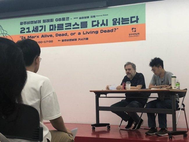 Slavoj Zizek speaks at a lecture held on Saturday in Gwangju, South Jeolla Province. (Gwangju Biennale Foundation)
