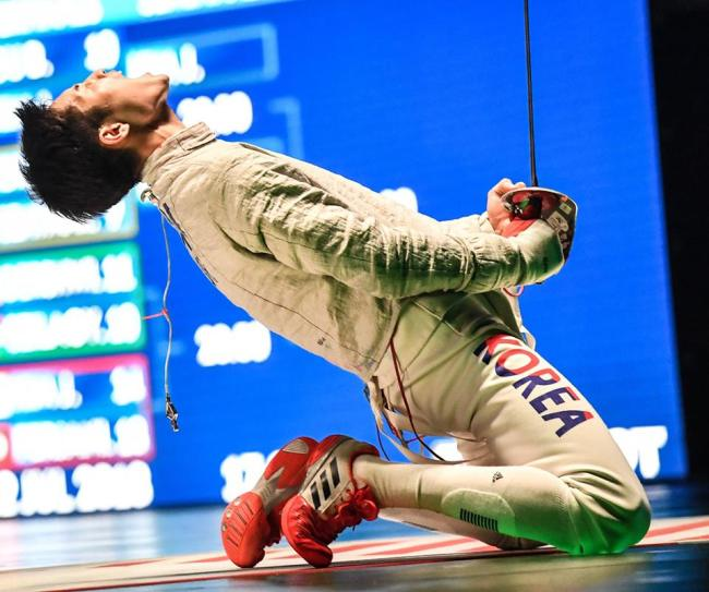 Kim Jung-hwan celebrates his 15-11 victory over Eli Dershwitz of the United States in the final at the World Fencing Championships in Wuxi on Sunday. (Yonhap)