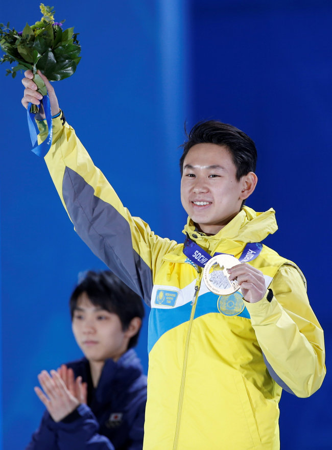 Denis Ten receives the bronze medal at the 2014 Sochi Winter Games in Russia. (Yonhap)