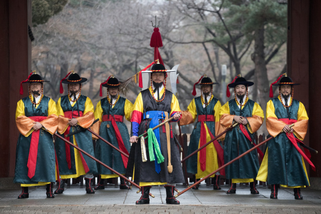 "Latvian Ambassador to Korea Peteris Vaivars' photograph ""The Guards of Seoul"" (Peteris Vaivars)"