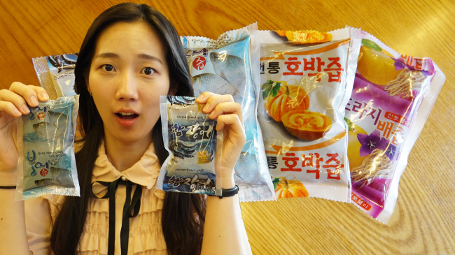 The Korea Herald's Im Eun-byel holds up plastic pouches containing nutritional extracts (Lim Jeong-yeo/The Korea Herald)