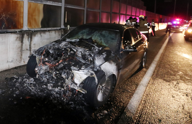 BMW 520d burnt while driving on an expressway in Seoul on Monday. (Yonhap)