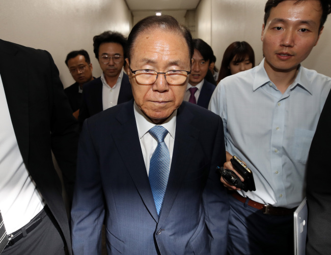 Kim Paik-joon (C), a former presidential aide to ex-President Lee Myung-bak, heads to a courtroom in Seoul on July 26. (Yonhap)