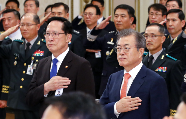 President Moon Jae-in, Minister of National Defense Song Young-moo, and military generals salute the flag at Friday's meeting between the president and the military's top officers where the military reform plan was revealed. Yonhap