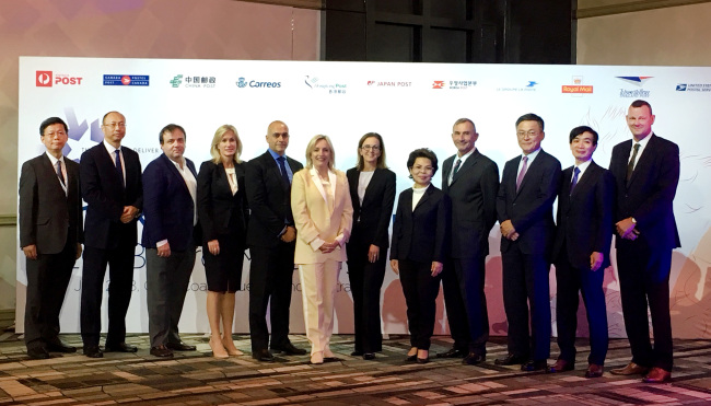 Korea Post CEO Kang Seong-ju (third from right) and other representatives of Kahala Posts Groups member countries pose at an annual meeting held in Gold Coast in Queensland, Australia, Thursday. (Korea Post)