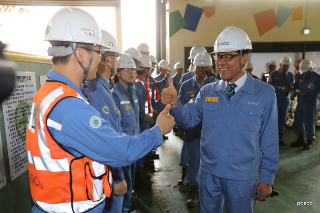 Newly elected ninth Chairman of Posco Choi Jeong-woo meets workers at the steelmaker's plant in Pohang, North Gyeongsang Province, Friday. (Posco)