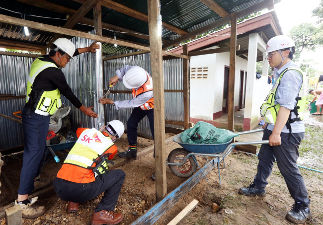 SK E&C employees build temporary shelters for flood victims in the southern province of Attapeu, Laos where a dam collapsed last week. (SK E&C)