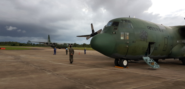 A South Korean Air Force plane carrying relief workers lands at Pakse International Airport in Champasak Province, southernLaos on Sunday. (Yonhap)