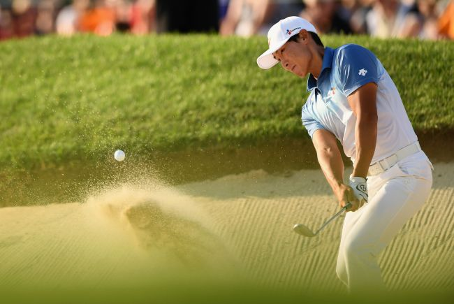 Kim Meen-whee of Korea plays a shot from a bunker on the 18th hole during the final round at the RBC Canadian Open at Glen Abbey Golf Club on July 29 in Oakville, Canada. (AFP-Yonhap)