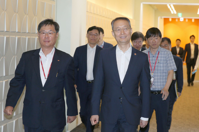 Minister Paik Un-gyu walks in at SK hynix's headquarters in Icheon, Gyeonggi Province, on Monday. (MOTIE)