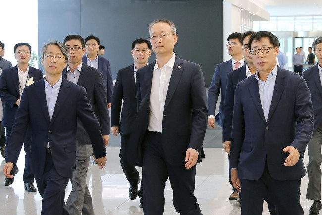 Minister Paik Un-gyu at Samsung Electronics' plant in Pyeongtaek, Gyeonggi Province (MOTIE)
