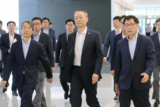 Minister Paik Un-gyu at Samsung Electronics' plant in Pyeongtaek, Gyeonggi Province (MOTIE)