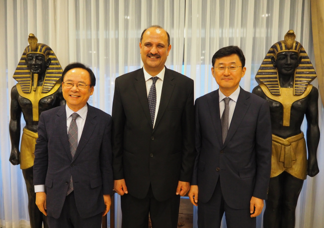 Egyptian Ambassador to Korea Hazem Fahmy (center) poses with Korean Deputy Minister for Political Affairs Yoon Soon-gu (right) and chairman of the Africa New Era Forum, Rep. Lee Ju-young, at the Egyptian Embassy on Wednesday. (Joel Lee/The Korea Herald)