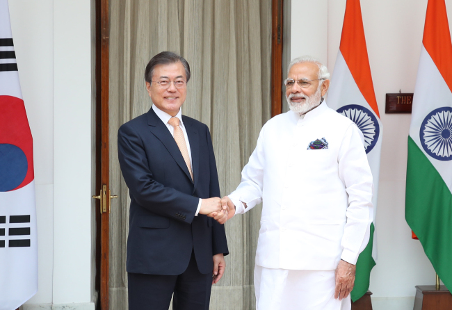 Korean President Moon Jae-in (left) shakes hands with Indian Prime Minister Narendra Modi after a summit in New Dehli on July 10. (Yonhap)