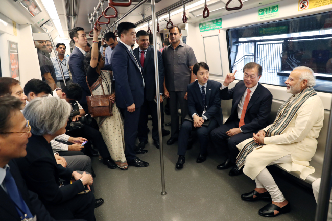 On July 9, the two leaders traveled together in the New Dehli Metro on the way to the inauguration ceremony for Samsung's mobile phone-manufacturing factory in Noida, which is to be the world's largest of its kind. (Yonhap)