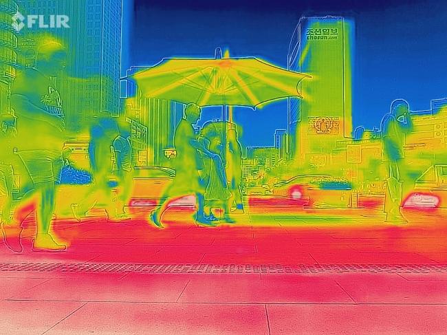 Thermal imaging shows scorching heat in Gwanghwamun Square (Yonhap)