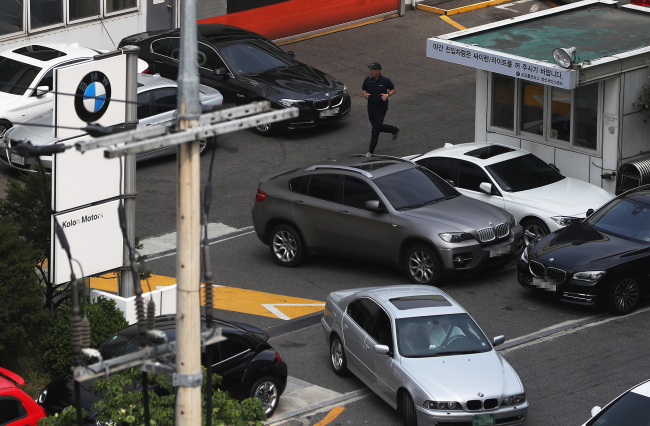 BMW vehicles are lined up at a BMW service center in Mapo, western Seoul, for a safety checkup last week, following a voluntary recall issued for some 106,000 units across 42 models. (Yonhap)