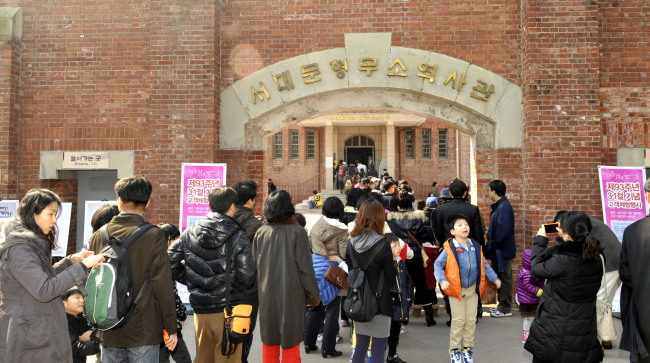 People wait at the entrance to the Seodaemun Prison History Hall. (Seodaemun District Office)
