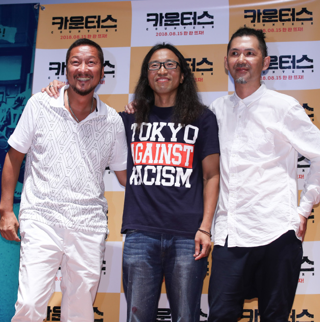 """Lee Il-ha (center), director of """"Counters,"""" poses with social activists Daisuke Ito (left) and Rodi Shimazaki in Seoul on Wednesday. (Yonhap)"""