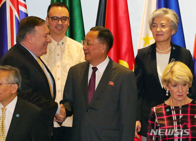 North Korean Foreign Minister Ri Yong-ho (R) meets with his American counterpart Mike Pompeo at the opening of the ASEAN Regional Forum in Singapore on Aug. 4, 2018. (Yonhap)